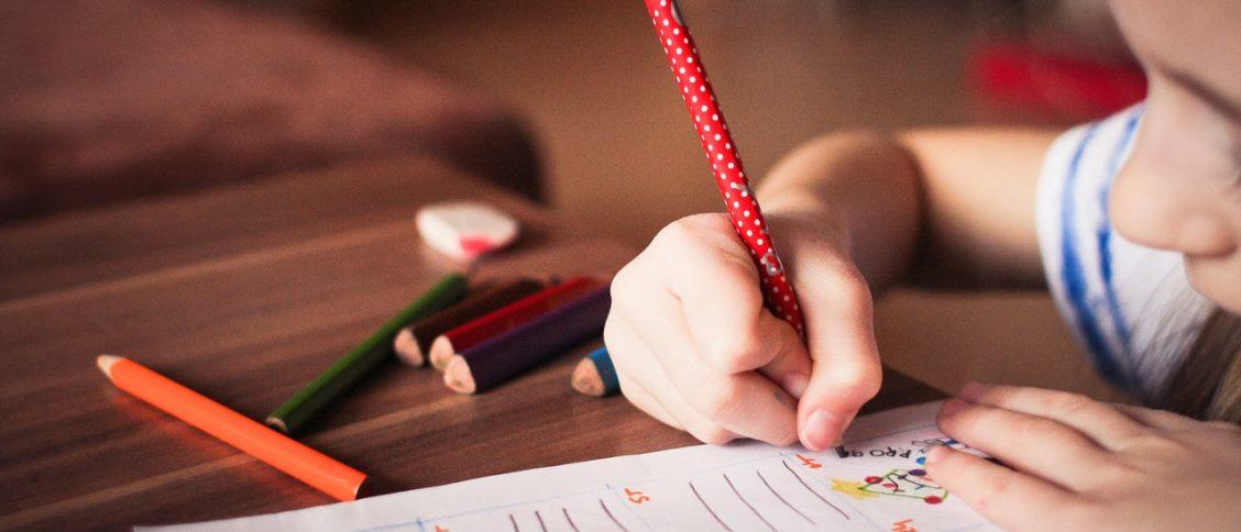 Kind aan het tekenen
