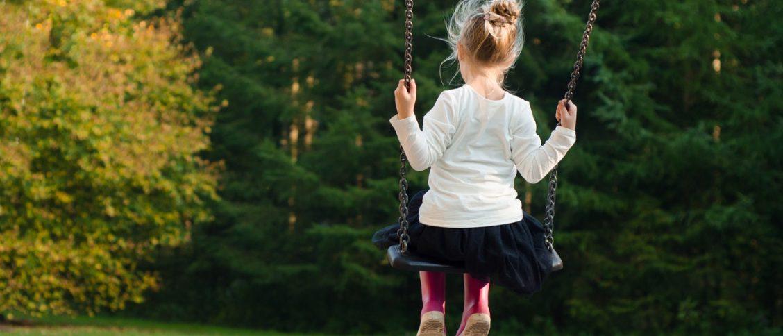 Kind op een schommel