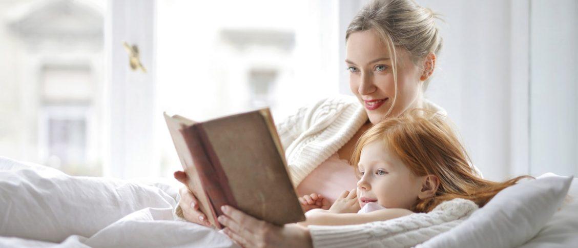 Een moeder leest voor aan haar kind