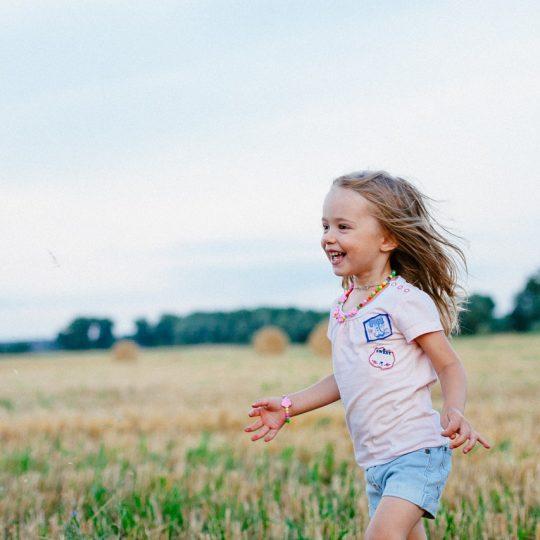 Een vrolijk kind in het gras