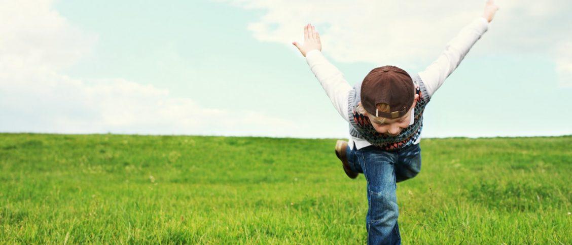 Een vrolijk kind maakt een buiging